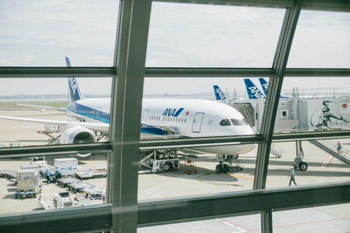 空港の窓から見える飛行機