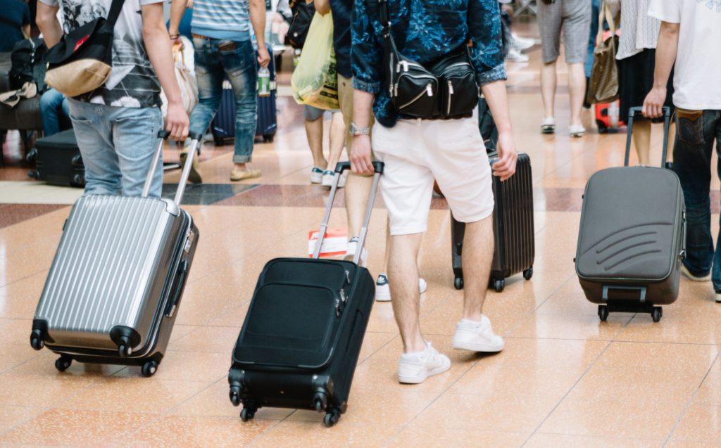 旅行客とキャリーバッグ