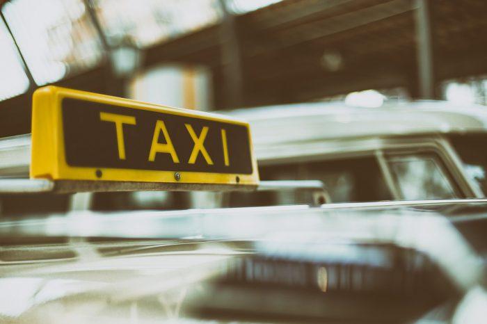 車の屋根のタクシー表示