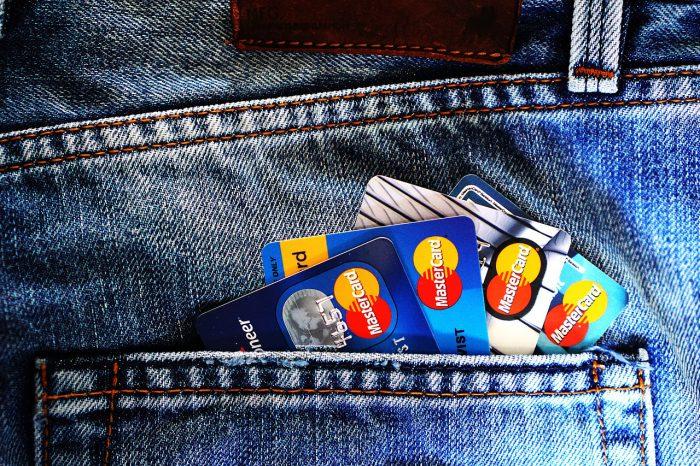 ジーンズのポケットから覗くクレジットカード
