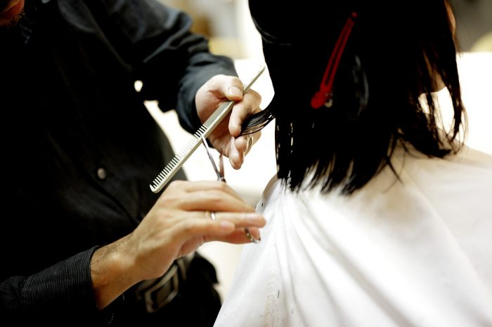 髪をカットする美容師の手元