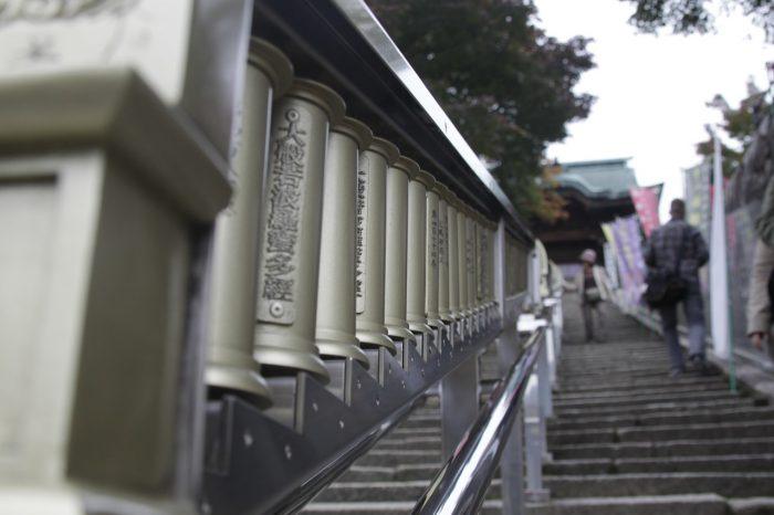 神社の階段をのぼる人