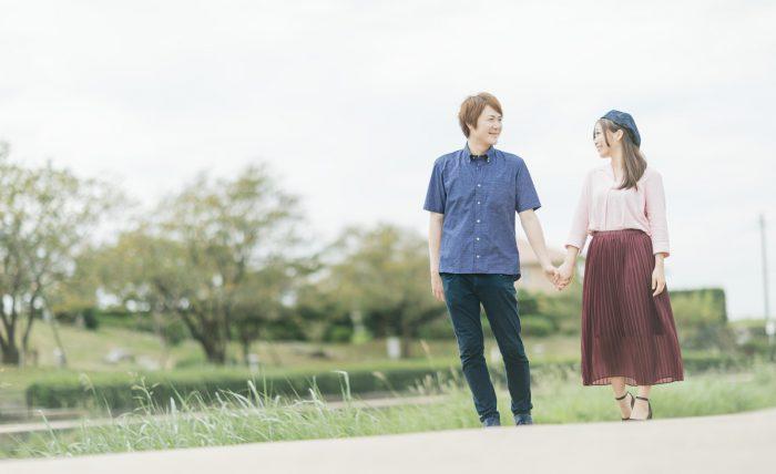 公園を散歩する若い夫婦