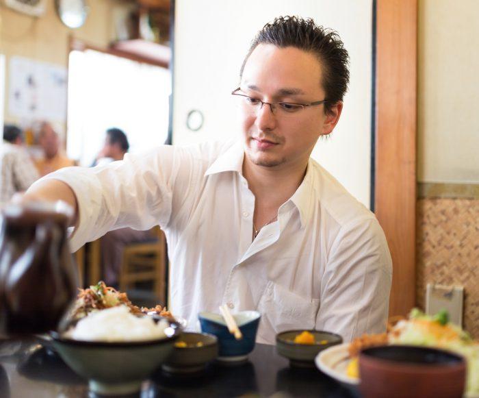 和食レストランで食事する男性