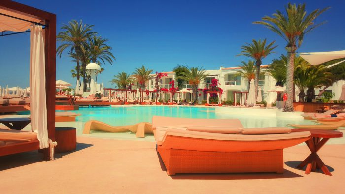 リゾートホテルのプールサイド