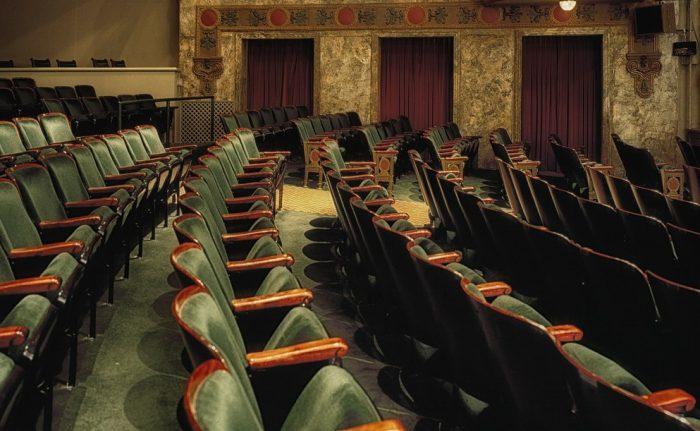レトロな劇場の客席