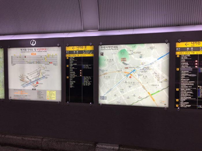 地下鉄駅構内の地図や掲示板